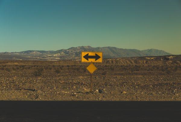 Weg, welcher sich in zwei Richtungen aufspaltet.